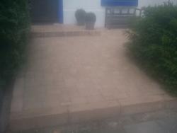 Vorgarten vom Reihenhaus mit Pflastersteinen